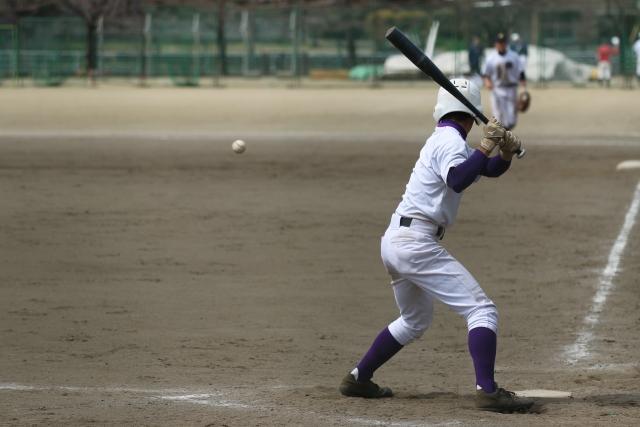 野球をしている高校生