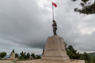 NZ memorial, statue of a soldier on top
