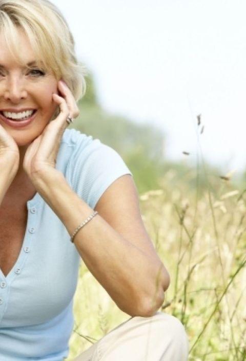 femeie de varsta mijlocie in natura fericita