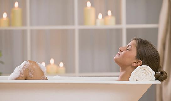 baie relaxanta, femeie in cada, lumanari,