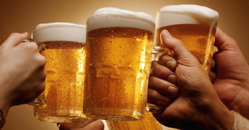 halba de bere, la bere cu prietenii, noroc,