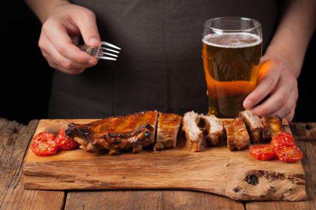 combinatii alimentare, friptura si bere,