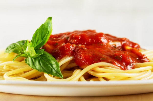 combinatii alimentare nefaste, paste cu sos rosu, paste cu sos de rosii, paste cu bulion si busuioc,