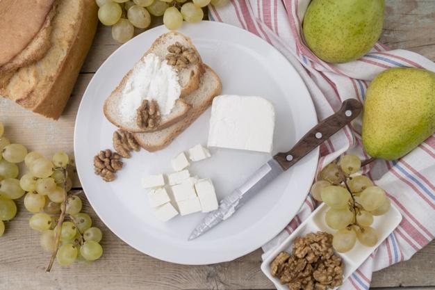 combinatii alimentare, branza cu paine, fructe, struguri,