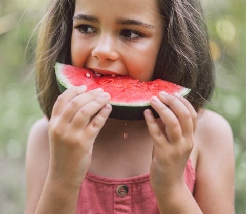 copil mancand pepene