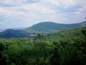 Hármashatár-hegy a Kovácsi-erdőföldekről