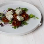 Kotijuustoa ja uunikuivatut tomaatit