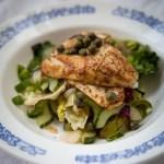 Ahvenille housut ja salaattia kylkeen – paistetut ahvenet ja lämmin salaatti