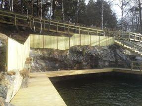 Kalliokylkilaituri, aita ja portaat