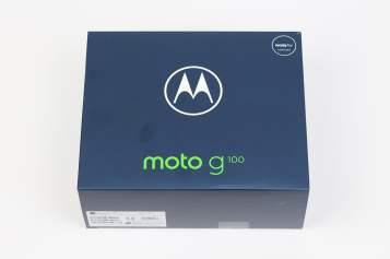 Motorola Moto G100:n myyntipakkaus kokonaisuudessaan.