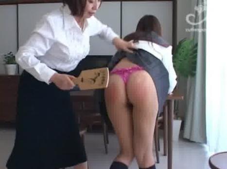 派手な下着をした女子校生をお尻ペンペン