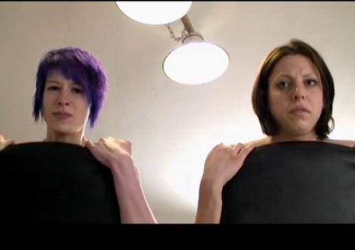 二人の熟女を座らせてスパンキングされてる表情【無修正】