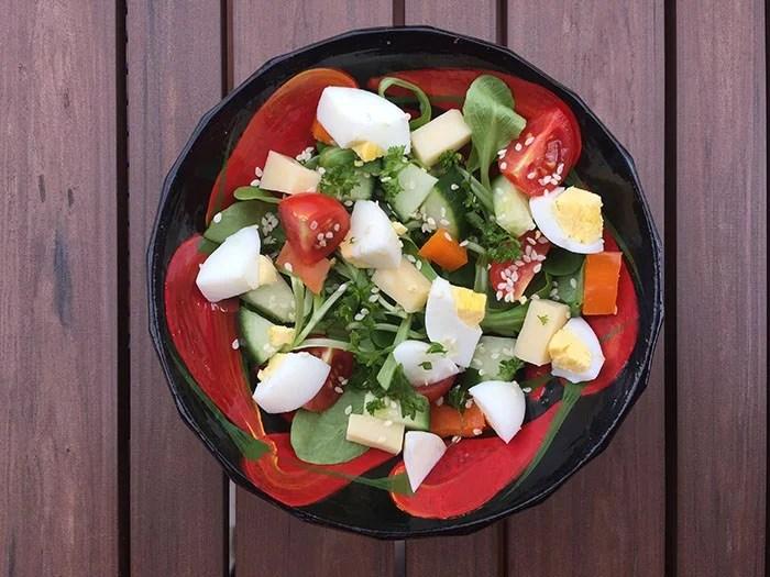 Salade de mâche colorée aux oeufs et au fromage