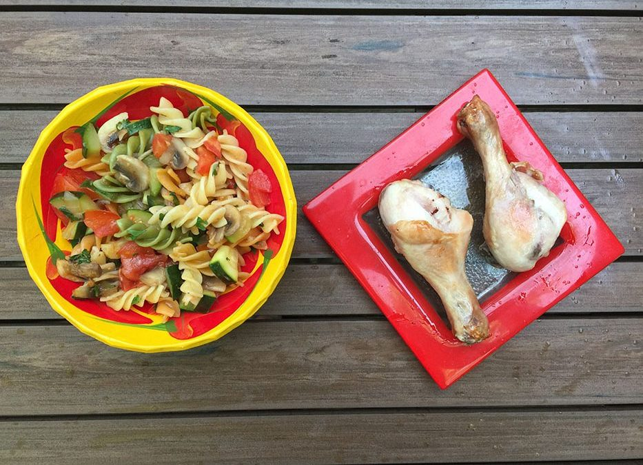 Pâtes colorées aux courgettes, tomates, champignons & poulet