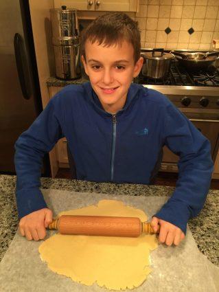 Arthur étale la pâte