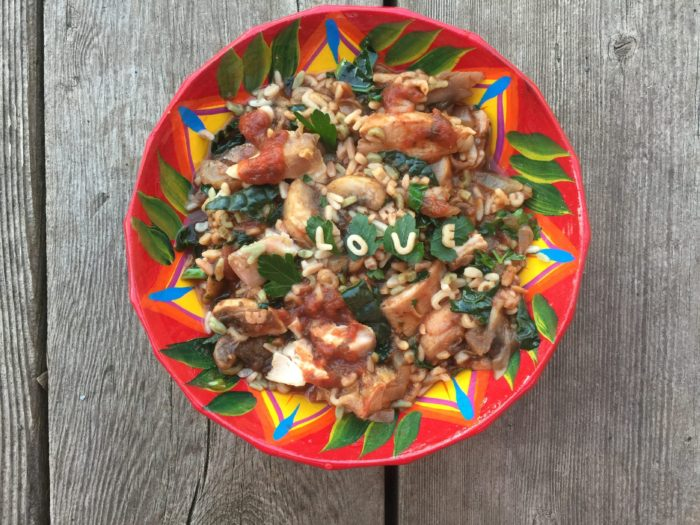 Pâtes alphabet au kale noir, champignons, oignon et poulet