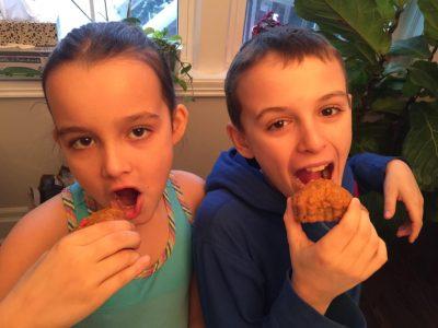 Les enfants dégustent les petits coeurs aux carottes