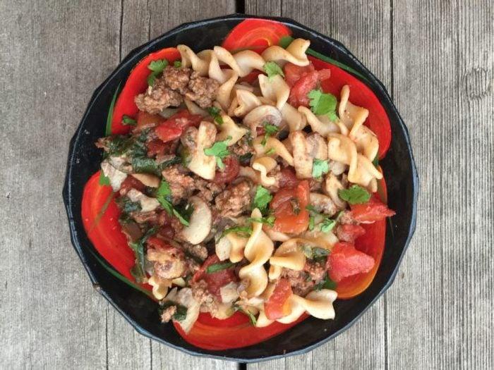 Fusilli blé entier aux baby kales, épinards, champignons & boeuf haché