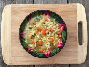 Une soupe à l'orzo et aux pois chiches de super boîte à lunch