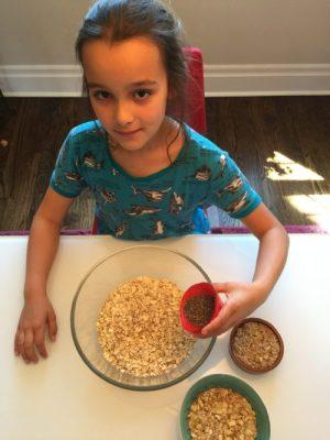 Louison mélange les ingrédients pour Super Boîte à Lunch