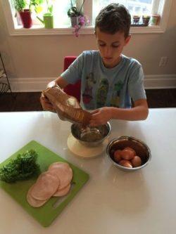 Arthur prépare les galettes de riz pour Super Boîte à Lunch