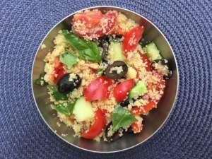Salade de couscous aux tomates, concombre, olive, poivron et basilic de Super Boîte à Lunch