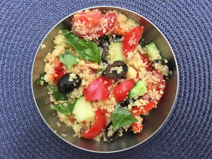 Salade de couscous aux tomates, olives, poivron et basilic