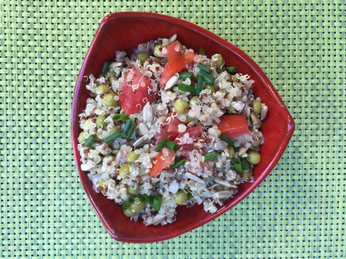 Salade de quinoa aux petits pois, tomates et graines de tournesol