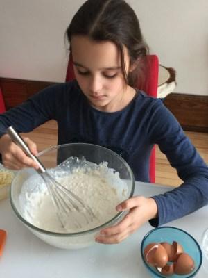 Louison mélange la préparation des mini-quiches