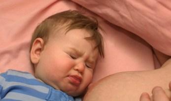 beba odbija jednu dojku