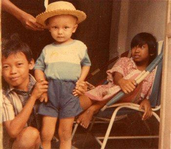 Donny Verdian bersama Mas (Om) Kokok dan Mbak (Tante) Yohana di rumah Klaten awal 80an.