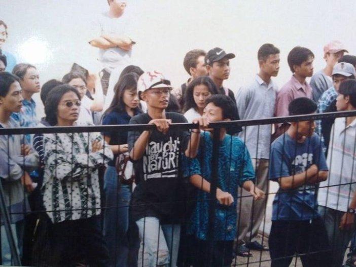 Pesta Pelajar Hai 1996, Donny Verdian yang mengenakan helm bersama Nonot (kiri) dan Epic (kanan)...