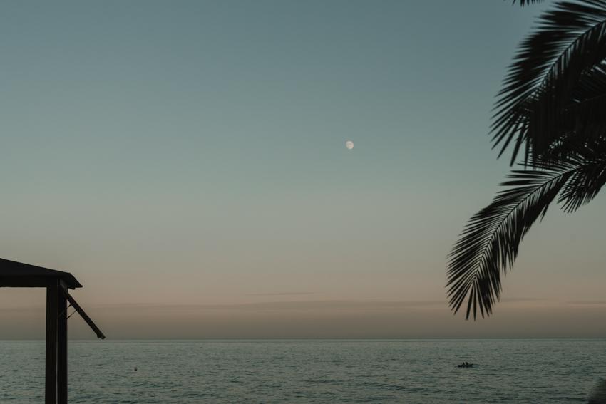 Luna sobre el mar en las playas de Nerja, Supercastizo
