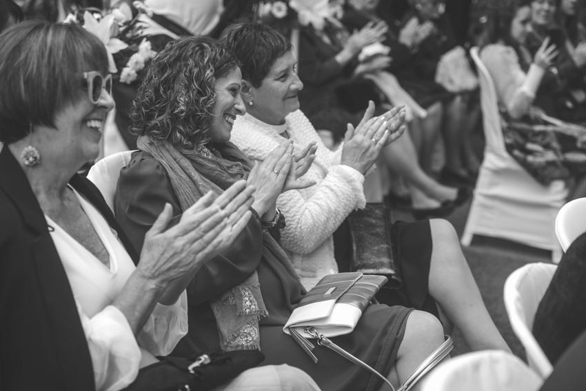 Familia aplaudiendo durante una boda gay lgbt, Supercastizo foto y video, Los Villares Jaen