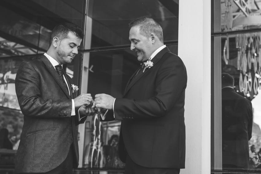 Novios intercambiando anillos durante la ceremonia, boda lgbt gay, Supercastizo foto y video, los villares, Jaen