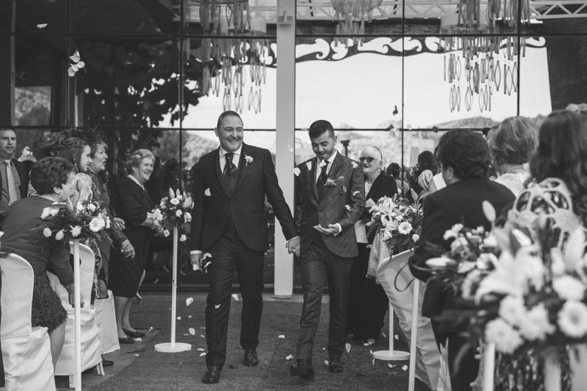 Novios  gays saliendo de la ceremonia, boda lgbt en el hotel ACG, Supercastizo foto y video, los villares, Jaén