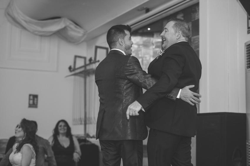 Novios gays abrazados y riendo durante un flashmob, boda lgbt, Supercastizo foto y video, Jaen, Hotel ACG