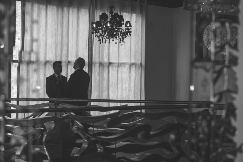 Reflejo de novios en un espejo mientas posan, boda lgbt, Supercastizo foto y video, Jaen