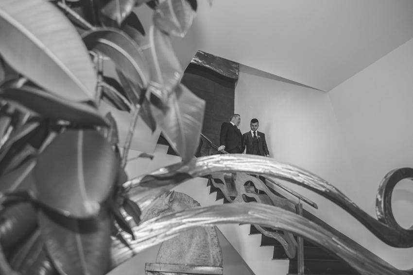 Novios bajando por una escalera, boda lgtb, SUpercastizo foto y video, Los Villares, Jaen