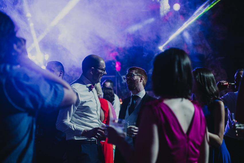 novio con amigos en baile foto supercastizo
