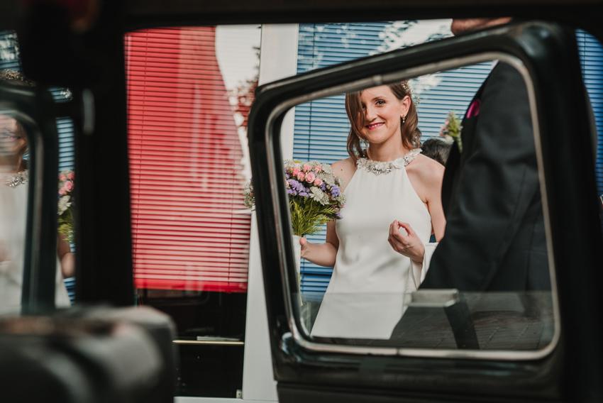 novia en la celle desde el coche