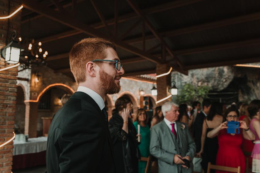 novio mirando a novia llegar a ceremonia