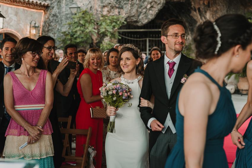 novia entrando a ceremonia con hermano