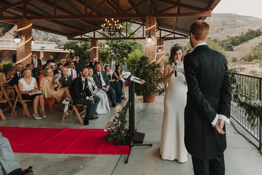 novia leyendo votos a novio en ceremonia civil