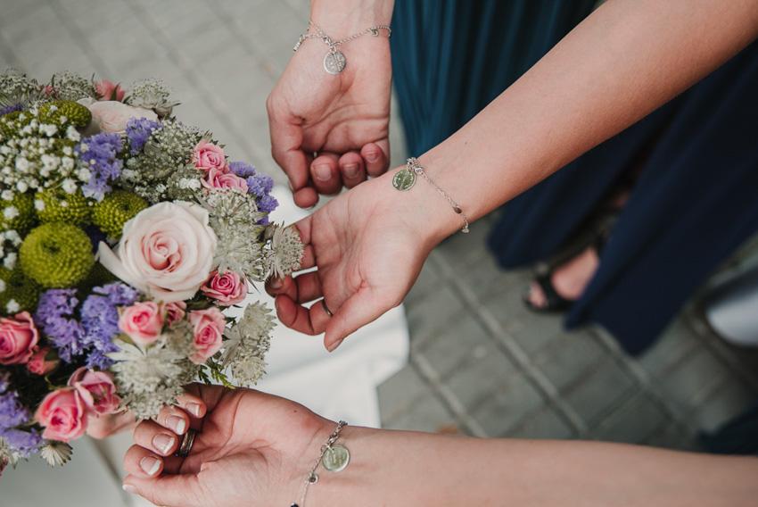 detalle de pulseras de damas y novia