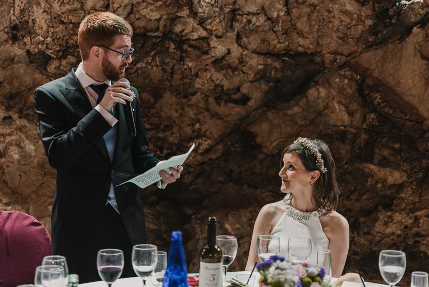 novio leyendo discurso en boda