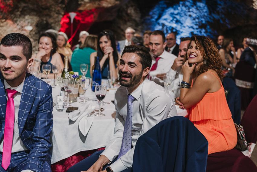 amigos riendo en boda cueva el majuelo
