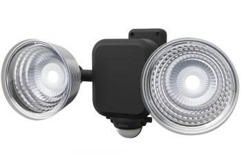 ムサシ RITEX フリーアーム式LEDセンサーライト(3.5W×2灯) 「乾電池式」 防雨型 LED-265をガレージに設置する。