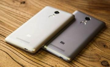 Белый и темно-серый смартфон Xiaomi redmi note 3