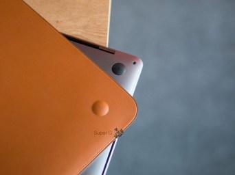 Кожаный чехол Apple для MacBook Pro 13 повторяет форму ножек ноутбука
